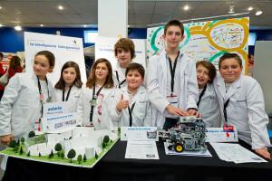 Todos los equipos expusieron sus investigaciones sobre el futuro de la educación en sus stands de Planetario. MIKEL GOÑI. FLL NAVARRA